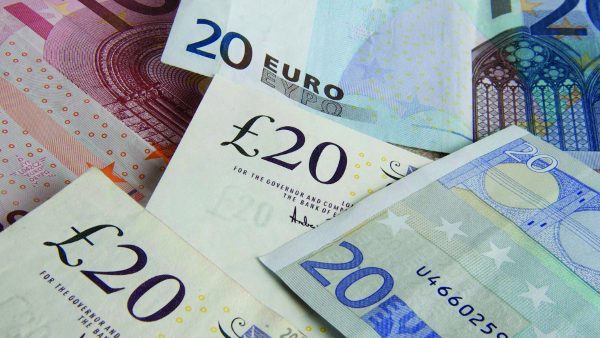 Billets de banque ( livres sterling et euros ) : illustration./Credit:JAUBERT/SIPA/1102211502