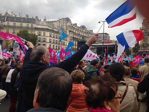Une foule immense écoutent les porte-parole de la Manif pour tous...