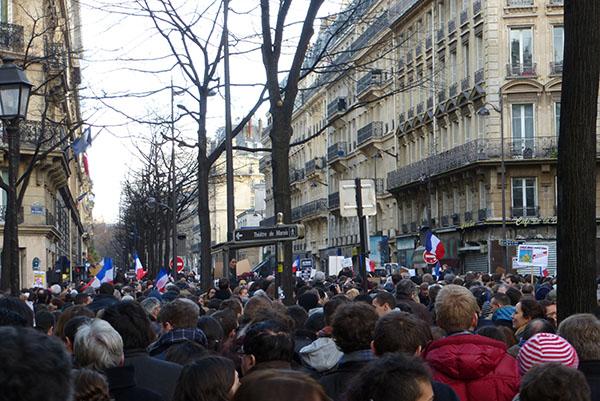 La rue de Turbigo pleine à craquer. La place de la République est encore loin