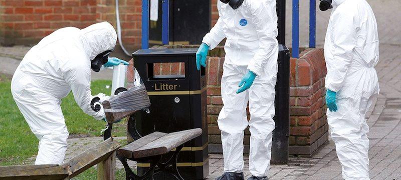 Les services britanniques emportent le banc sur lequel on a retrouvé Sergei Skripal et sa fille Yulia à Salisbury. Politique magazine