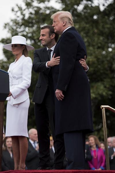 Le 24 avril, le président Macron, à côté de la First Lady Melania, enserre dans ses bras le président Trump, lors de la réception à la Maison Blanche. Politique magazine