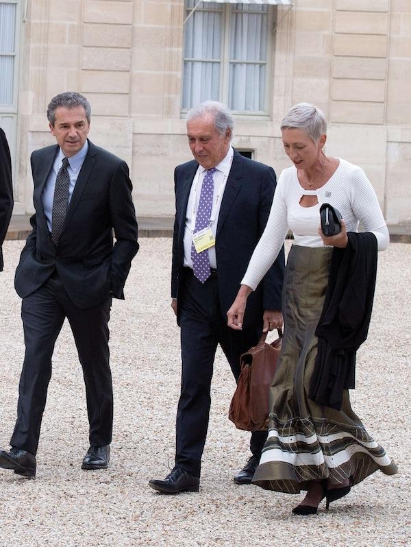 Francois Delfraissy entre Yves Levy, directeur de l'Inserm et Linda-Gail Bekker, présidente de l'International AIDS Society, se rendant à l'Elysée en juillet 2017.