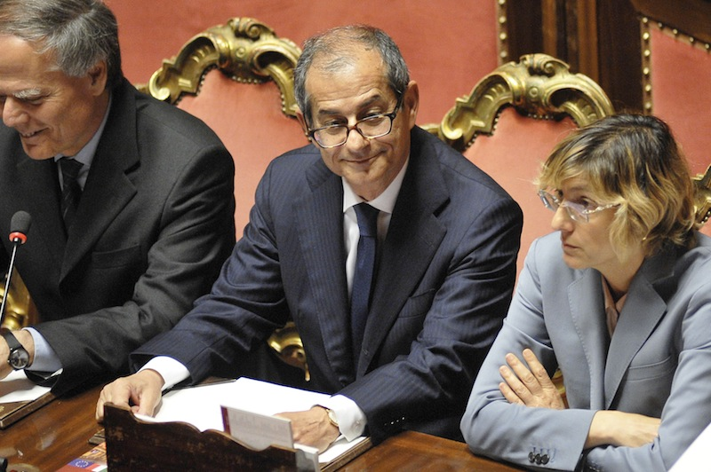 Le ministre de l'économie et des finances Giovanni Tria: l'Italie ne dénoncera pas l'euro directement, mais sa politique le remet en cause totalement.
